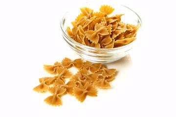 Vollkornnudeln in Glasschale / Whole grain pasta in bowl