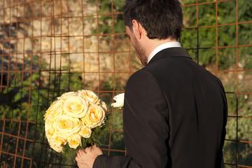 Sposo con fiori