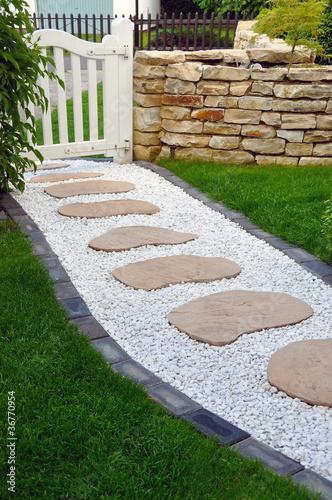 Gartengestaltung stockfotos und lizenzfreie bilder auf - Gartenweg pflastern ...