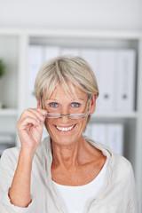 aktive seniorin mit brille