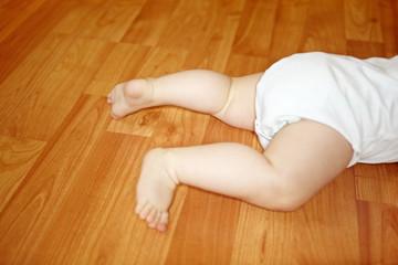 Beine eines krabbelnden Babys