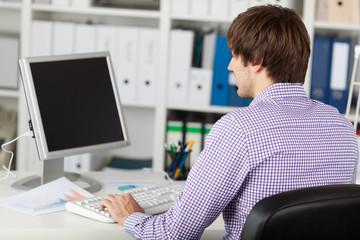 junger mann arbeitet am computer
