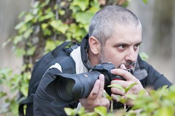 Reportero cubriendo una guerrilla en la selva.