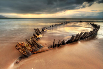 Tuinposter Schipbreuk The Sunbeam ship wreck on the Rossbeigh beach, Ireland