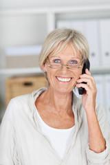 freundliche seniorin am telefon