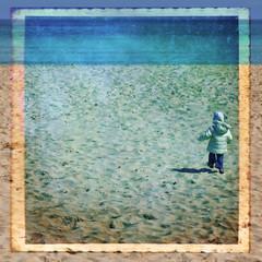 Bambina che corre sulla sabbia, texture retro