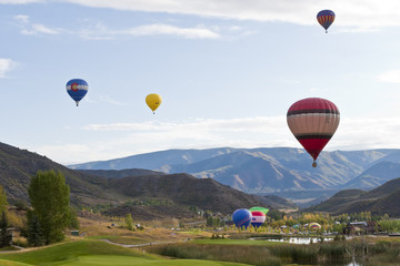 Fotobehang Rudnes Beautiful mountain landscape with colorful hot balloons.