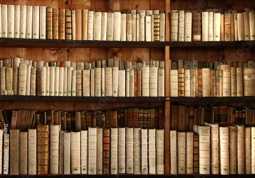 Bücherregal Aus Büchern bücherregal mit uralten büchern stockfotos und lizenzfreie bilder