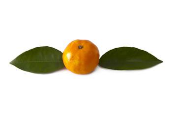 naranja con hojas verdes aislada en blanco