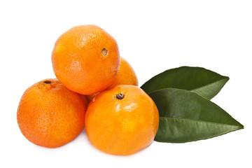 naranjas con hojas verdes aislada en blanco