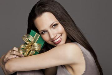 Obraz Portret dziewczyny z prezentem - fototapety do salonu
