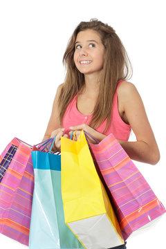 Jeune fille heureuse fait du shopping