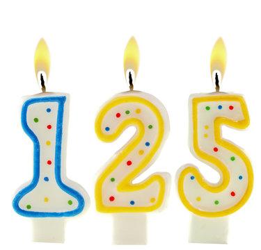 Nummer 125 angezündete Geburtstagkerzen