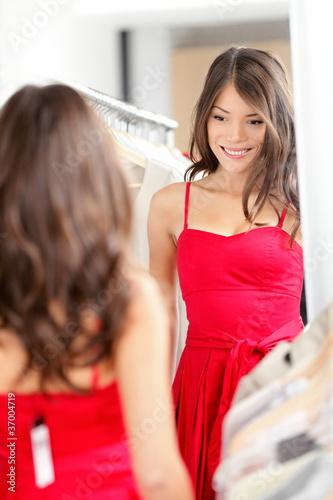 девка примеряет платья фото