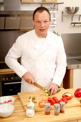 Koch schneidet Gemüse