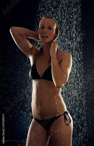 blonde frau in der dusche stockfotos und lizenzfreie bilder auf bild 37039574. Black Bedroom Furniture Sets. Home Design Ideas