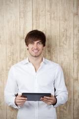 junger mann mit tablet-pc