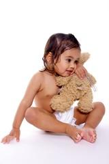 enfant en couche fait un calin a son ours
