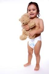 enfant debout montre son doudou
