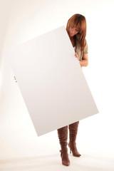 Frau hält weiße Tafel