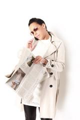 Frau mit Zeitung