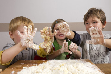 Kinder kneten Teig