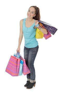 Jeune fille porte des sacs cadeaux