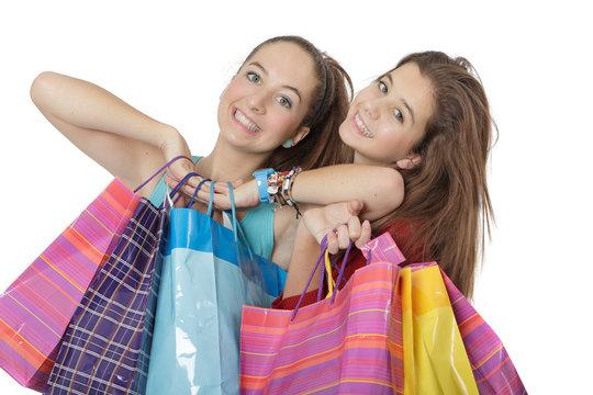 Jeune fille de 14 et 16 ans font du shopping