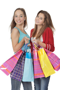 Jeune fille de 14 et 16 ans portant des sacs de courses