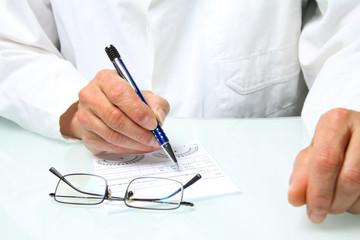 Augenarzt verschreibt eine Brille