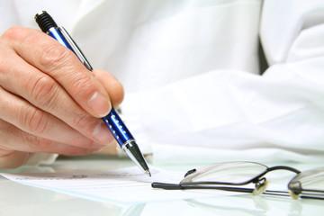 Arzt schreibt ein rezept für eine Brille