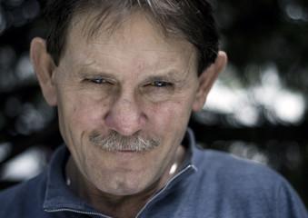Portret dorosłego mężczyzny w plenerze