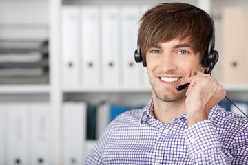 lächelnder junger mann mit headset