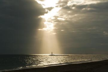 playa con rayos de sol