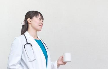 休憩中の女医