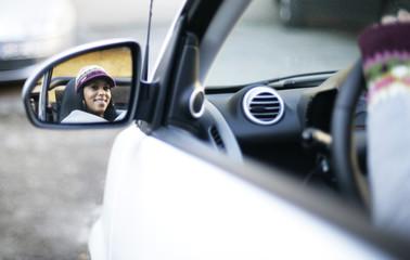 Autofahrerin im Spiegel