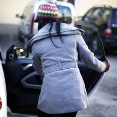 Frau an Autotür