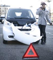 Frau holt Hilfe bei Autopanne