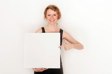 Studentin mit Plakat