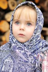Портрет маленькой красивой девочки в синем платке