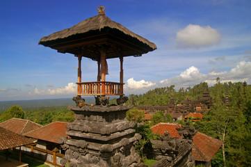 Tempel Besakih auf der Insel Bali im Morgenlicht