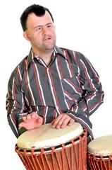homme trisomique jouant avec percussion africaine