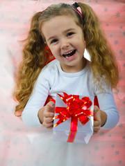 Kind mit dem Geschenkbox