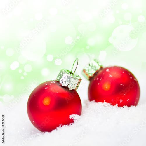 Rote Christbaumkugeln.Zwei Rote Christbaumkugeln Im Schnee Stock Photo And