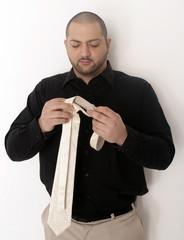 Mann mit Krawatte in der Hand