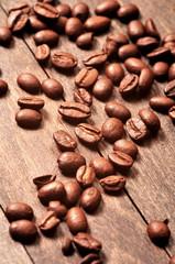 Ziarna kawy na drewnianym stole