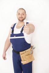 Handwerker hält Zollstock