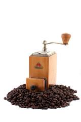 Alte Kaffeemühle mit Kaffebohnen