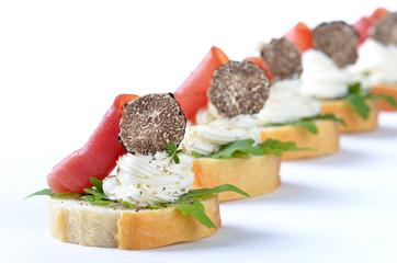 Schinken-Käse-Häppchen mit schwarzer Trüffel