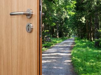 offene Tür Büro mit Weg in den Wald